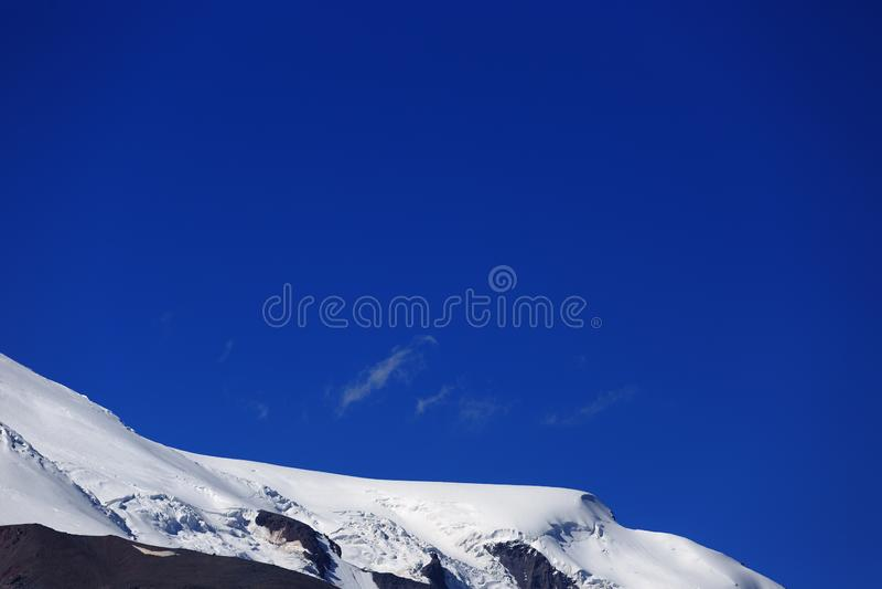 Η δυτική κλίση του υποστηρίγματος Elbrus καλύπτεται με το χιόνι στοκ φωτογραφία με δικαίωμα ελεύθερης χρήσης