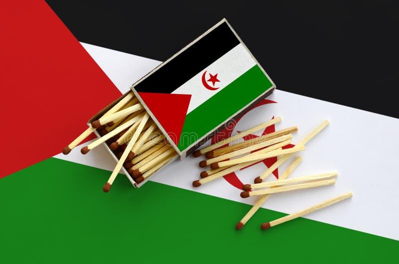 Η δυτική σημαία Σαχάρας παρουσιάζεται σε ένα ανοικτό σπιρτόκουτο, από το οποίο διάφορες αντιστοιχίες αφορούν και βρίσκονται μια μ στοκ εικόνες