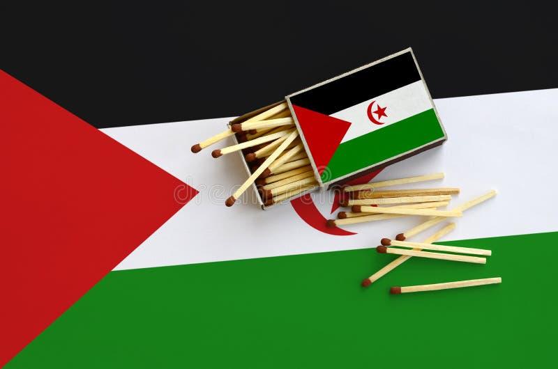 Η δυτική σημαία Σαχάρας παρουσιάζεται σε ένα ανοικτό σπιρτόκουτο, από το οποίο διάφορες αντιστοιχίες αφορούν και βρίσκονται μια μ στοκ φωτογραφίες