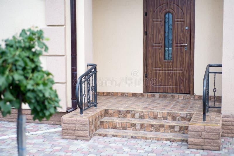 Η είσοδος ενός νέου σύγχρονου σπιτιού έξω από την άποψη Διακοσμημένος με στοκ εικόνα με δικαίωμα ελεύθερης χρήσης