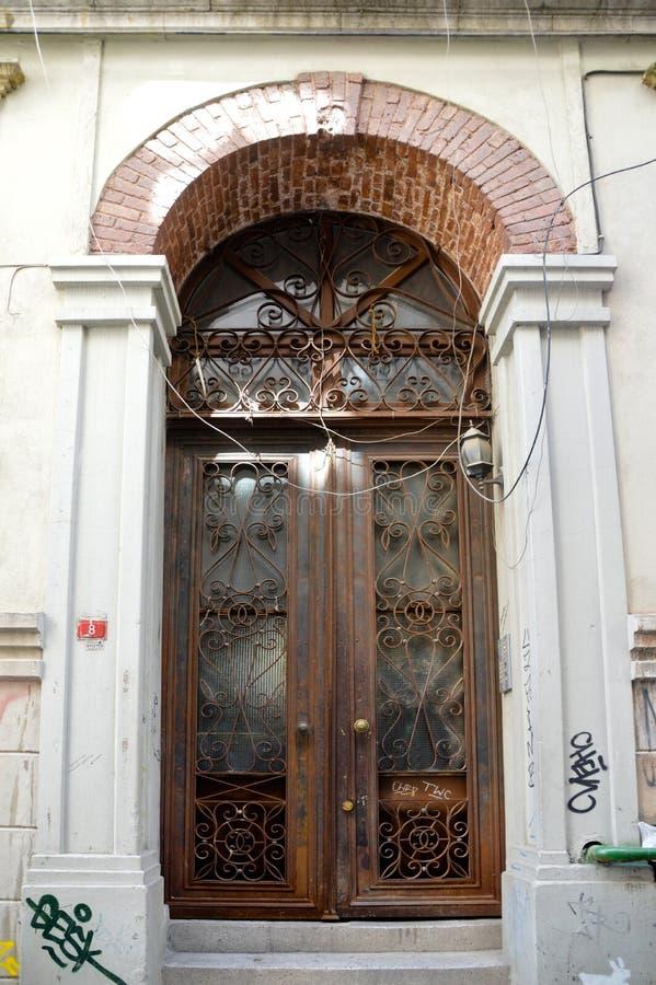 Η είσοδος σε ένα παλαιό κτήριο στη Ιστανμπούλ στοκ εικόνα
