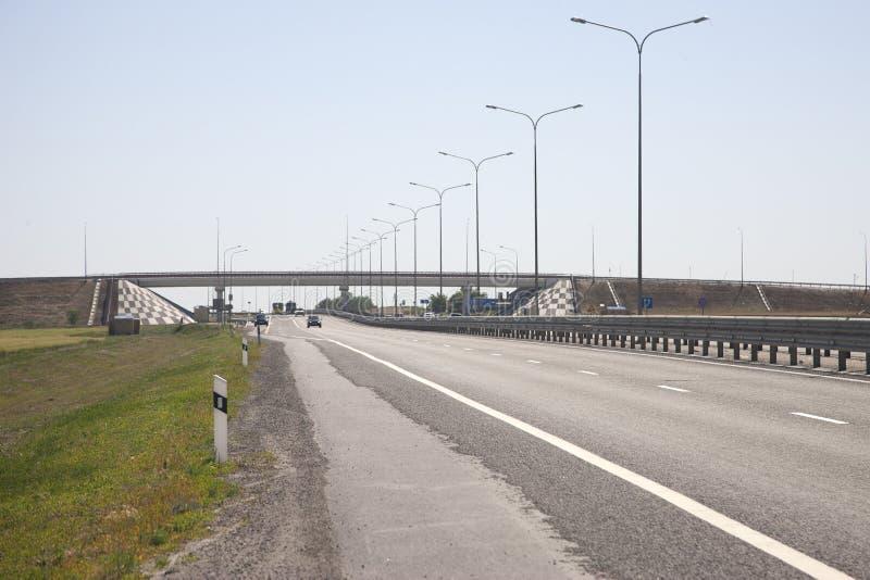 Η εθνική οδός αριστερά του φράκτη σε ένα θολωμένο υπόβαθρο, αυτοκίνητα έρχεται στοκ εικόνες με δικαίωμα ελεύθερης χρήσης