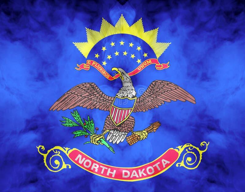 Η εθνική σημαία των ΗΠΑ δηλώνει τη βόρεια Ντακότα μέσα ενάντια σε έναν γκρίζο καπνό την ημέρα της ανεξαρτησίας στα διαφορετικά χρ ελεύθερη απεικόνιση δικαιώματος
