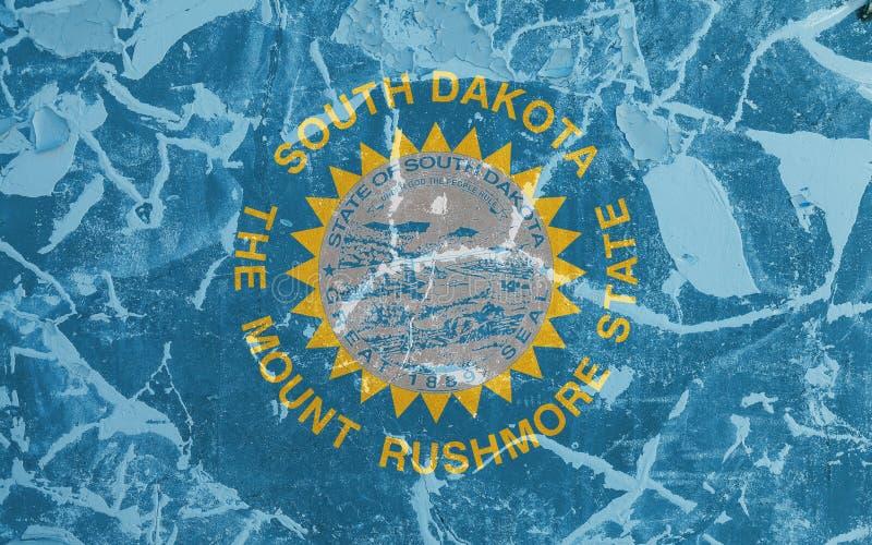 Η εθνική σημαία των ΗΠΑ δηλώνει τη νότια Ντακότα μέσα ενάντια σε έναν γκρίζο τοίχο με τις ρωγμές και τα ελαττώματα την ημέρα της  ελεύθερη απεικόνιση δικαιώματος