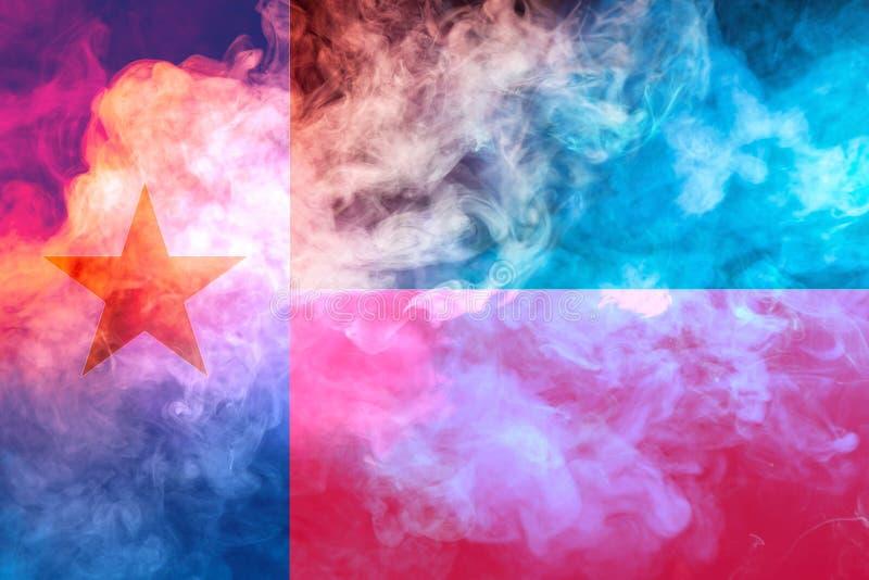 Η εθνική σημαία των ΗΠΑ δηλώνει το Τέξας μέσα ενάντια σε έναν γκρίζο καπνό την ημέρα της ανεξαρτησίας στα διαφορετικά χρώματα μπλ στοκ φωτογραφίες