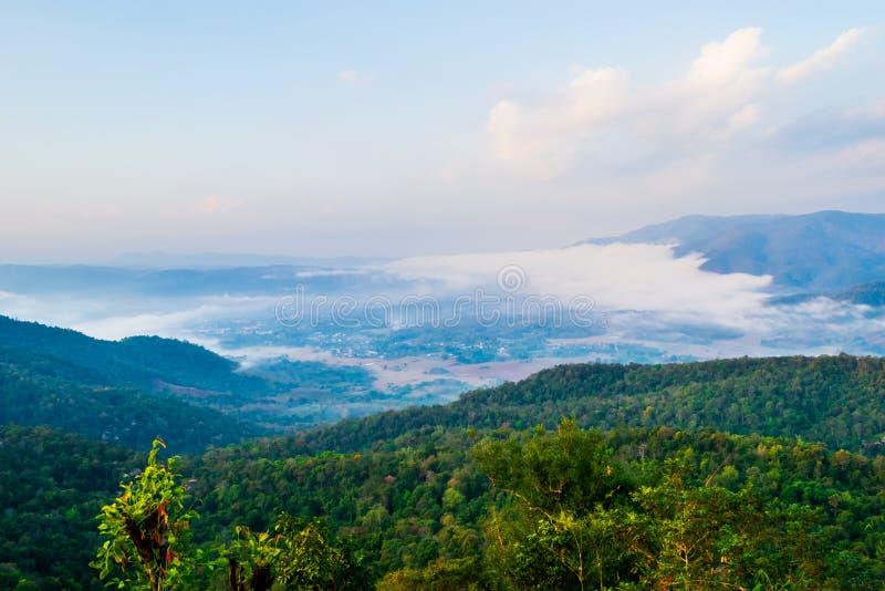 Η εικονική άποψη του σημείου στρατοπέδευσης πάνω από το βουνό σε Phu Taopong, ο απαρατήρητος προορισμός της περιοχής Dansai, Loei στοκ φωτογραφία με δικαίωμα ελεύθερης χρήσης