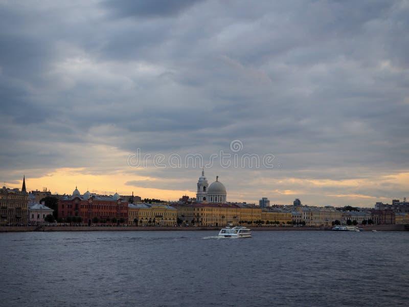 Η εικονική παράσταση πόλης της βάρκας τουριστών φέρνει τους τουρίστες κατά μήκος του αναχώματος ποταμών Neva στοκ φωτογραφία με δικαίωμα ελεύθερης χρήσης