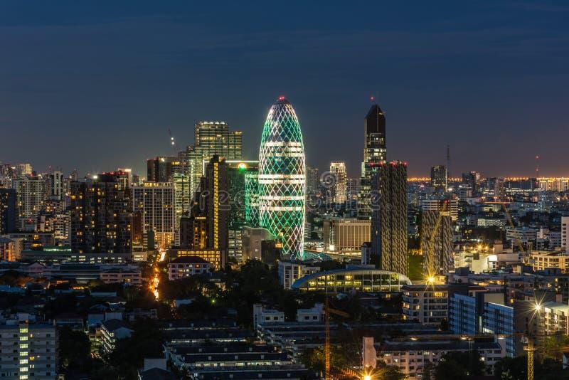 Η εικονική παράσταση πόλης με ελαφρύ παρουσιάζει από το κτήριο της Μπανγκόκ στοκ εικόνα