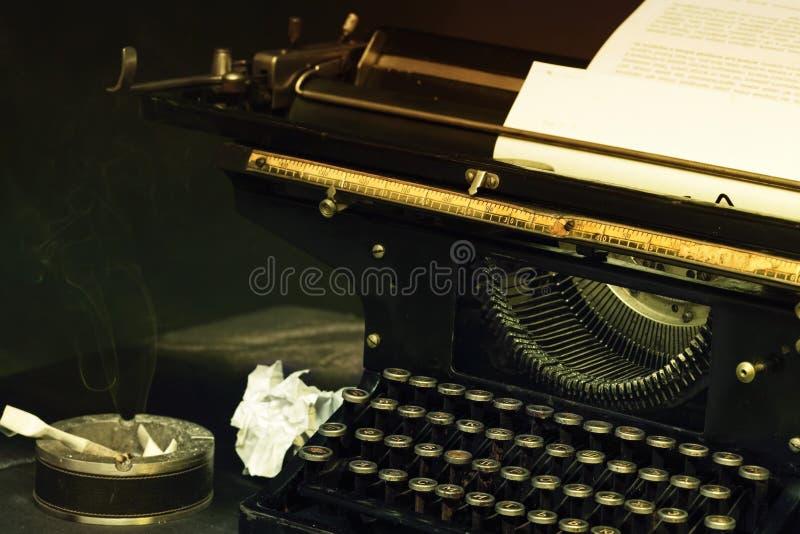 Η εικόνα γραφομηχανών στο ύφος αναδρομικό στοκ εικόνες