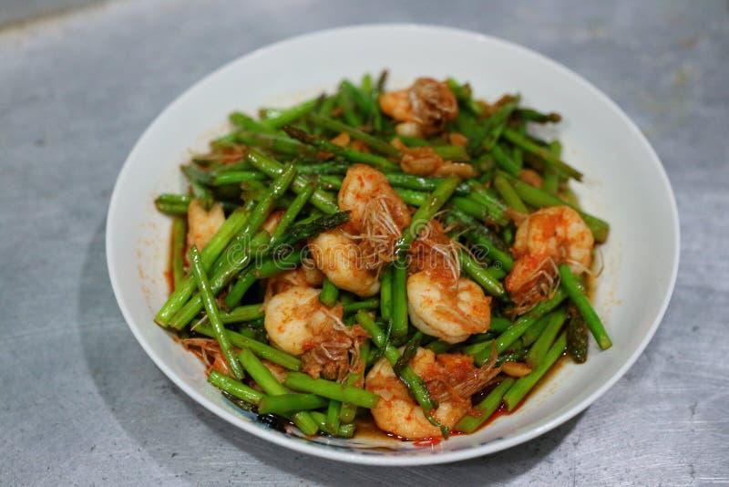 Η εικόνα κινηματογραφήσεων σε πρώτο πλάνο του τηγανισμένου σπαραγγιού, τεθειμένες φρέσκες γαρίδες, ταϊλανδικά τρόφιμα, έβαλε σε έ στοκ εικόνες