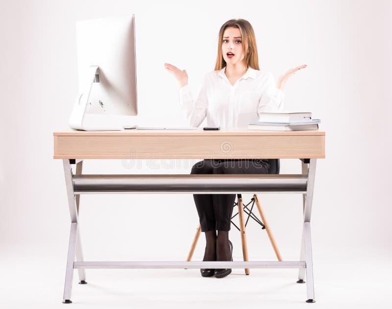Η εικόνα μιας όμορφης επιχειρηματία φαίνεται συγκλονισμένη λειτουργώντας με έναν υπολογιστή στο γραφείο στοκ φωτογραφία με δικαίωμα ελεύθερης χρήσης