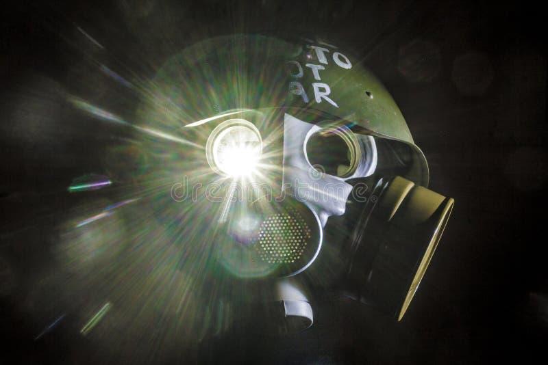 Η εικόνα τέχνης μιας στρατιωτικής μάσκας αερίου σε έναν άσπρο τουβλότοιχο με τις σκιές με τη λάμψη με την επιγραφή κάνει τον πόλε στοκ φωτογραφίες με δικαίωμα ελεύθερης χρήσης