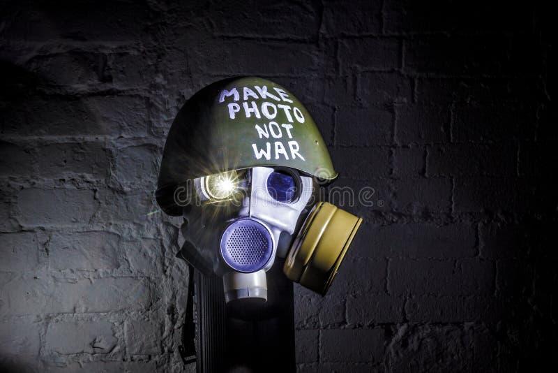 Η εικόνα τέχνης μιας στρατιωτικής μάσκας αερίου σε έναν άσπρο τουβλότοιχο με τις σκιές με τη λάμψη με την επιγραφή κάνει τον πόλε στοκ φωτογραφίες