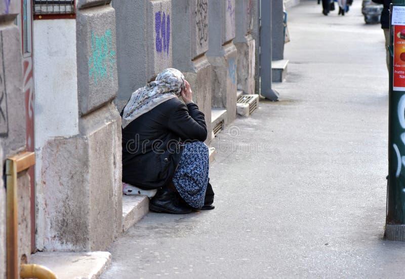 Η εικόνα της θηλυκής συνεδρίασης επαιτών στον πάροδο οδών έντυσε ως μουσουλμανική γυναίκα στοκ φωτογραφία με δικαίωμα ελεύθερης χρήσης
