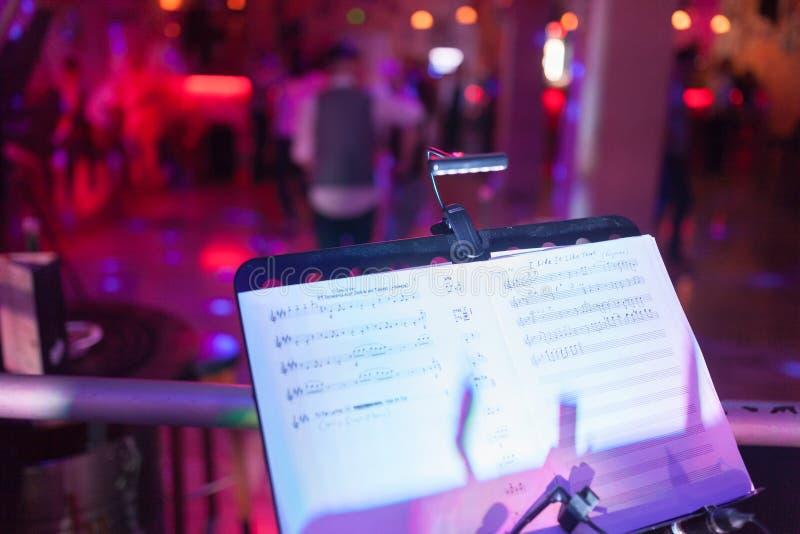 Η εικόνα της στάσης μουσικής μετά από τη συναυλία στοκ φωτογραφίες