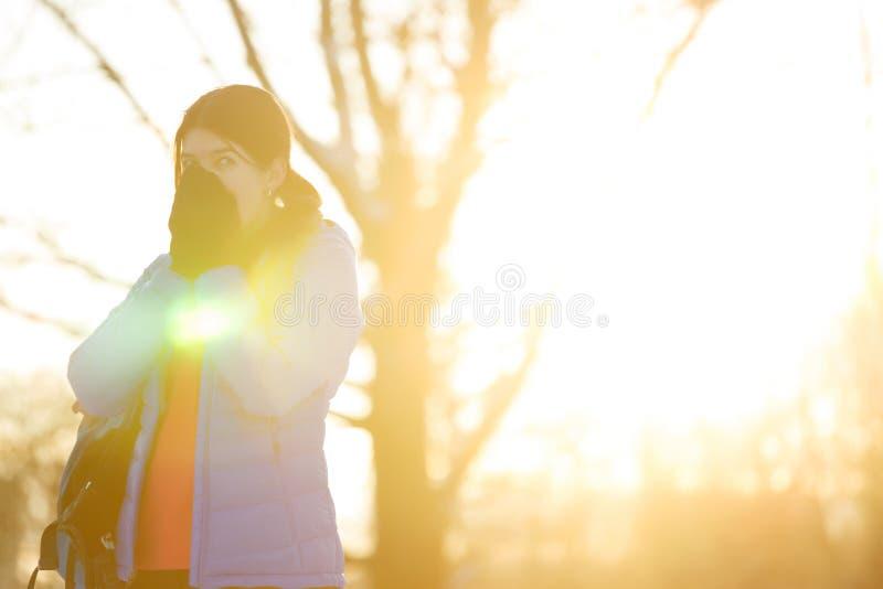 Η εικόνα της φίλαθλης γυναίκας που θερμαίνει την παραδίδει το χειμερινό δάσος το απόγευμα στοκ φωτογραφίες με δικαίωμα ελεύθερης χρήσης