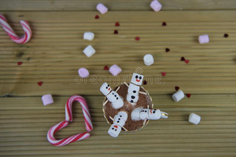 Η εικόνα τροφίμων και ποτών φωτογραφίας χειμερινής εποχής με την καυτή σοκολάτα κοιλαίνει και μίνι marshmallows που διαμορφώνοντα στοκ εικόνες