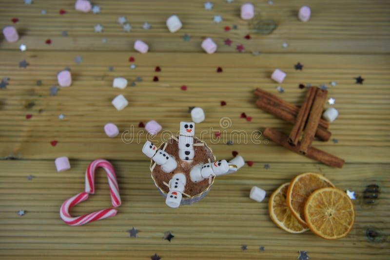 Η εικόνα τροφίμων και ποτών φωτογραφίας Χριστουγέννων με την καυτή σοκολάτα κοιλαίνει και μίνι marshmallows που διαμορφώνονται ως στοκ φωτογραφίες