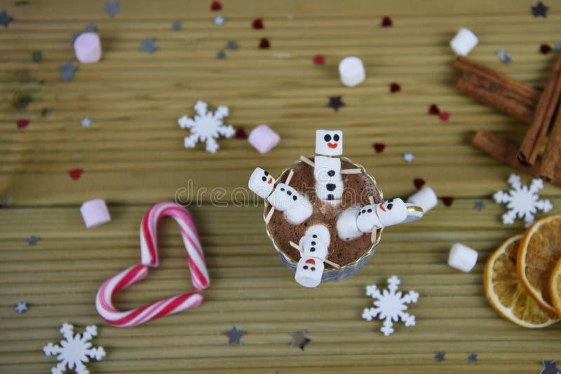 Η εικόνα τροφίμων και ποτών φωτογραφίας Χριστουγέννων με την καυτή σοκολάτα κοιλαίνει και μίνι marshmallows που διαμορφώνονται ως στοκ φωτογραφία με δικαίωμα ελεύθερης χρήσης