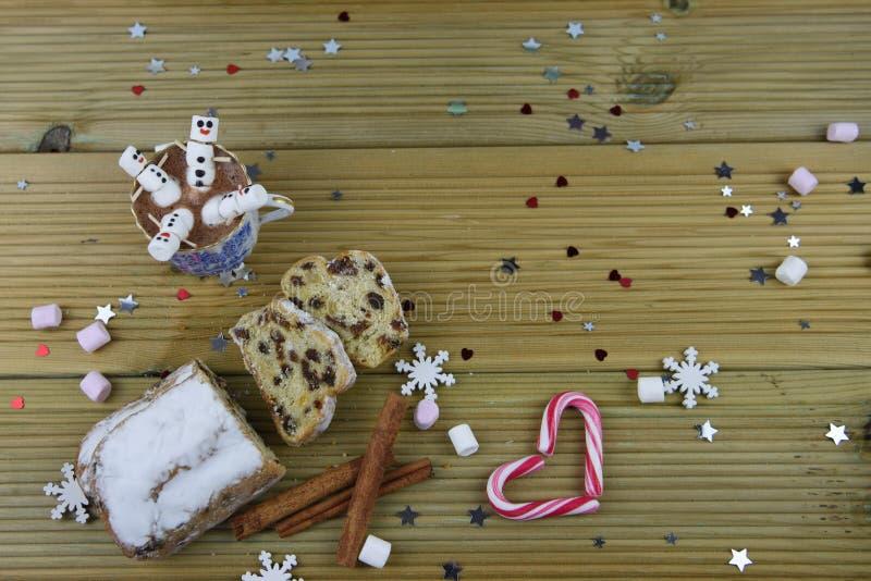 Η εικόνα τροφίμων και ποτών φωτογραφίας Χριστουγέννων με την καυτή σοκολάτα κοιλαίνει και μίνι marshmallows που διαμορφώνονται ως στοκ φωτογραφίες με δικαίωμα ελεύθερης χρήσης