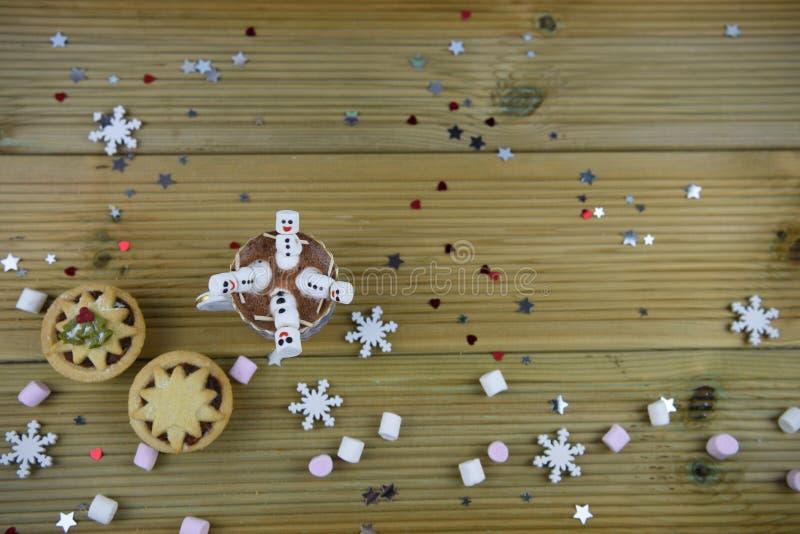 Η εικόνα τροφίμων και ποτών φωτογραφίας Χριστουγέννων με την καυτή σοκολάτα κοιλαίνει και μίνι marshmallows που διαμορφώνονται ως στοκ εικόνες