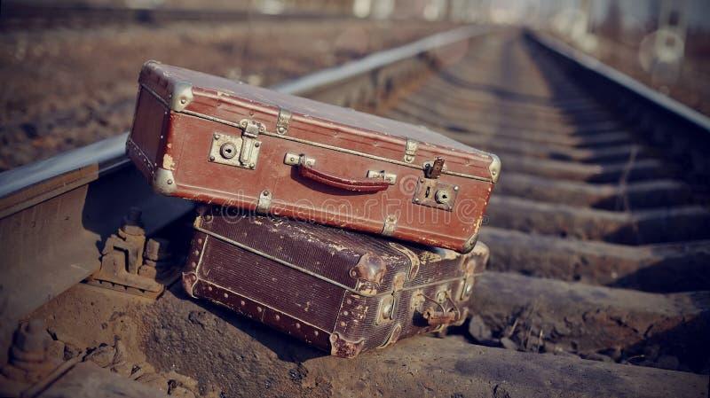Η εικόνα των εκλεκτής ποιότητας βαλιτσών που ρίχνονται στις διαδρομές σιδηροδρόμων στοκ εικόνες