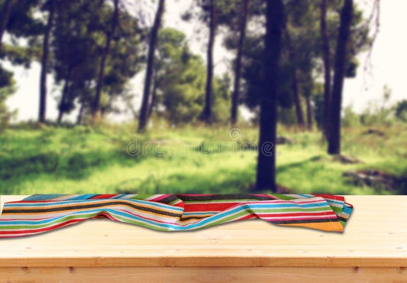 Η εικόνα των μπροστινών αγροτικών ξύλινων πινάκων με την πετσέτα στο κλίμα των δέντρων στη δασική εικόνα είναι αναδρομικοί τονισμ στοκ φωτογραφία με δικαίωμα ελεύθερης χρήσης