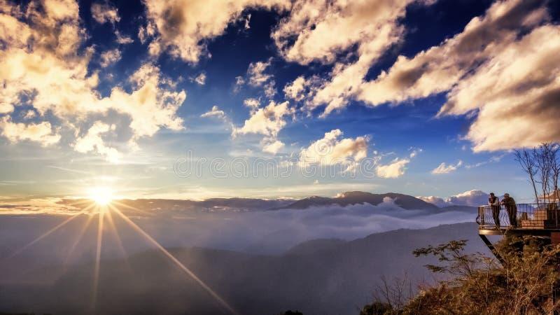 Η εικόνα φιλίας των στάσεων ατόμων και απολαμβάνει την όμορφη θέα ηλιοβασιλέματος στοκ φωτογραφίες με δικαίωμα ελεύθερης χρήσης