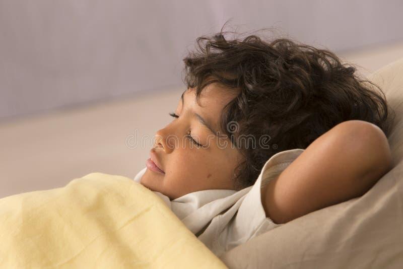 Η εικόνα χαλαρώνει το νέο ύπνο αγοριών στοκ εικόνες με δικαίωμα ελεύθερης χρήσης