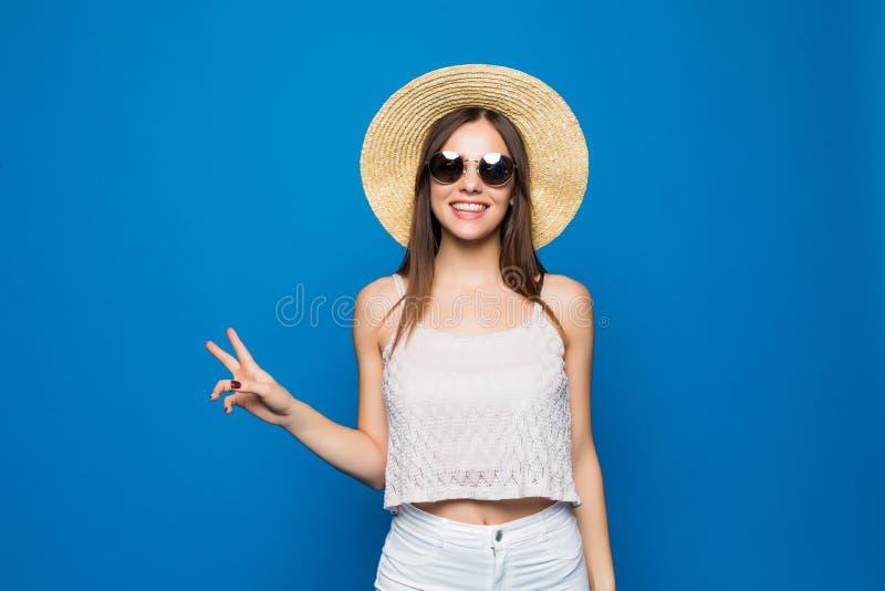Η ειρήνη σε όλη τη νέα κατάπληκτη blogger οδοντωτή κυρία brunette στη θερινή εξάρτηση και το καθιερώνον τη μόδα καπέλο θερινών το στοκ εικόνα