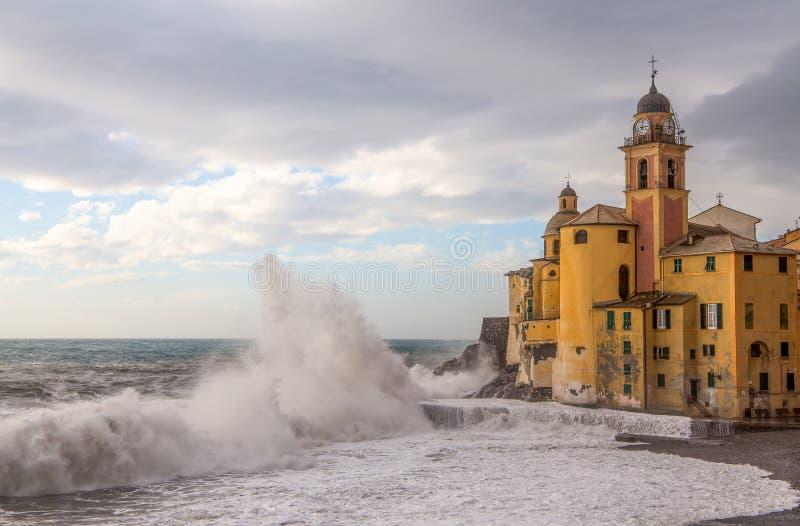Η εκκλησία και το κύμα σε Camogli, Γένοβα, Ιταλία στοκ εικόνες