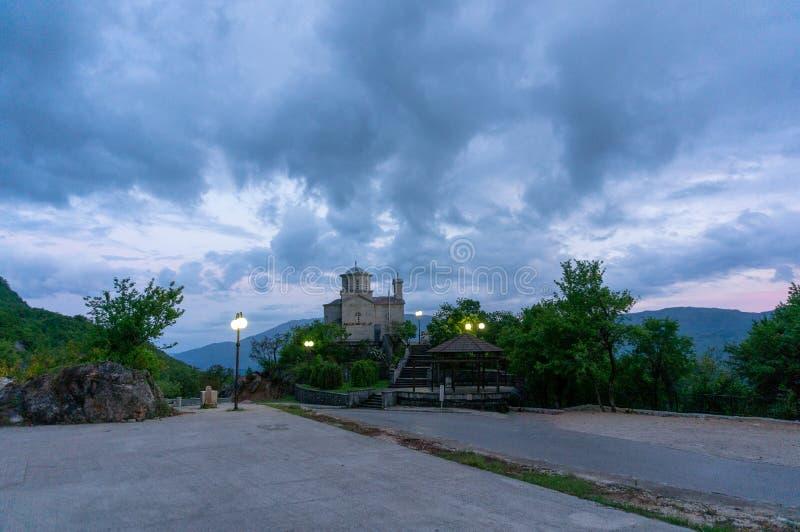 Η εκκλησία της ιερής τριάδας κοντά στο μοναστήρι Ostrof στο Μαυροβούνιο στοκ εικόνες με δικαίωμα ελεύθερης χρήσης