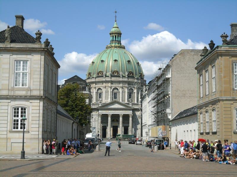 Η εκκλησία του Frederik έχει το μεγαλύτερο θόλο εκκλησιών σε Σκανδιναβία όπως βλέπει από Amalienborg με πολλούς επισκέπτες, Κοπεγ στοκ εικόνα με δικαίωμα ελεύθερης χρήσης