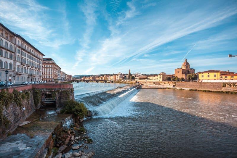 Η εκκλησία του SAN Frediano και spillway ποταμών Arno, Φλωρεντία στοκ φωτογραφία με δικαίωμα ελεύθερης χρήσης