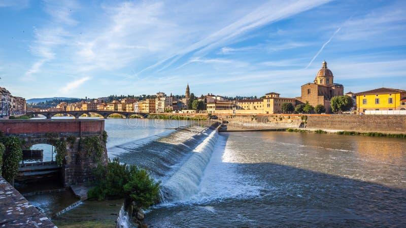 Η εκκλησία του SAN Frediano και spillway ποταμών Arno, Φλωρεντία στοκ εικόνες με δικαίωμα ελεύθερης χρήσης