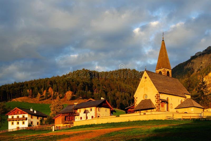 Η εκκλησία Santa Maddalena το φθινόπωρο στοκ φωτογραφία