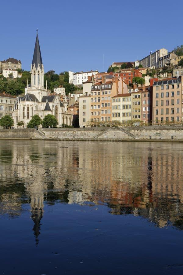 Η εκκλησία Άγιος-Georges απεικονίζει στον ποταμό Saone στοκ φωτογραφίες με δικαίωμα ελεύθερης χρήσης