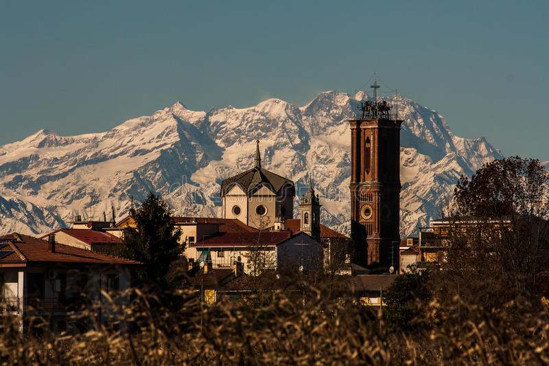 Η εκκλησία και το Monte Rosa στοκ εικόνες