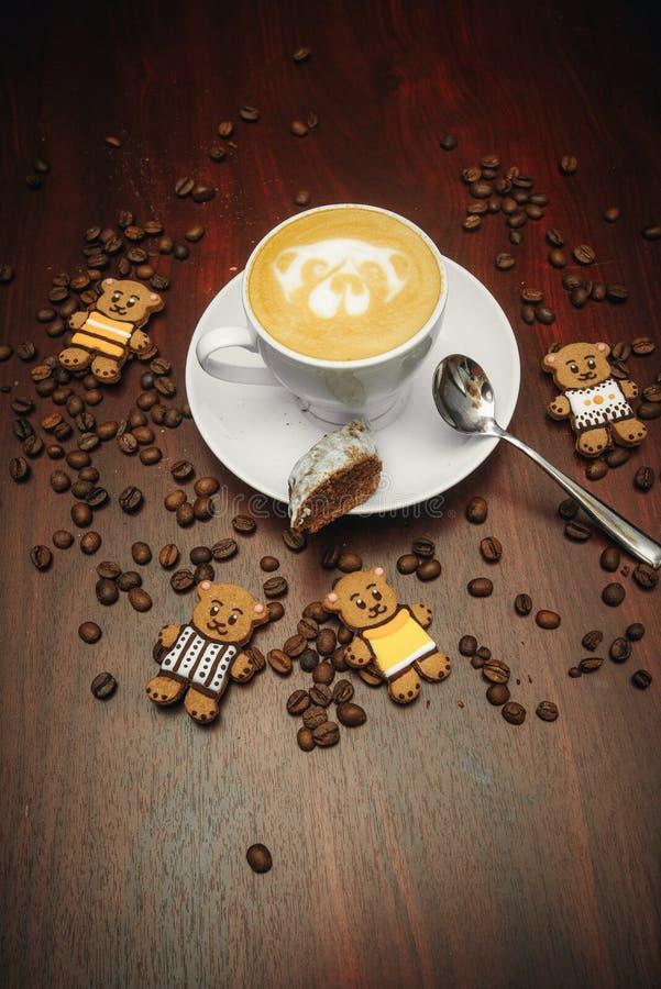 Η εκλεκτής ποιότητας διάθεση, Cappuccino στην κορυφή με την τέχνη αρκούδων latte βάζει στον καφετή πίνακα, καφές αγάπης latte στοκ φωτογραφίες με δικαίωμα ελεύθερης χρήσης