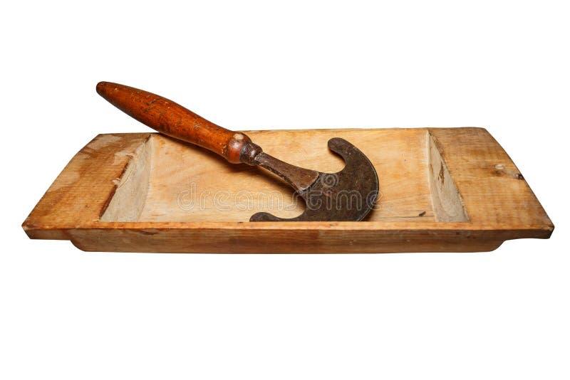 Η εκλεκτής ποιότητας ξύλινη γούρνα, χρησιμοποιούμενη, ράγισε, με τα σημεία του μύκητα ξύλινος-αποσύνθεσης οικογένεια εξοπλισμού π στοκ εικόνες