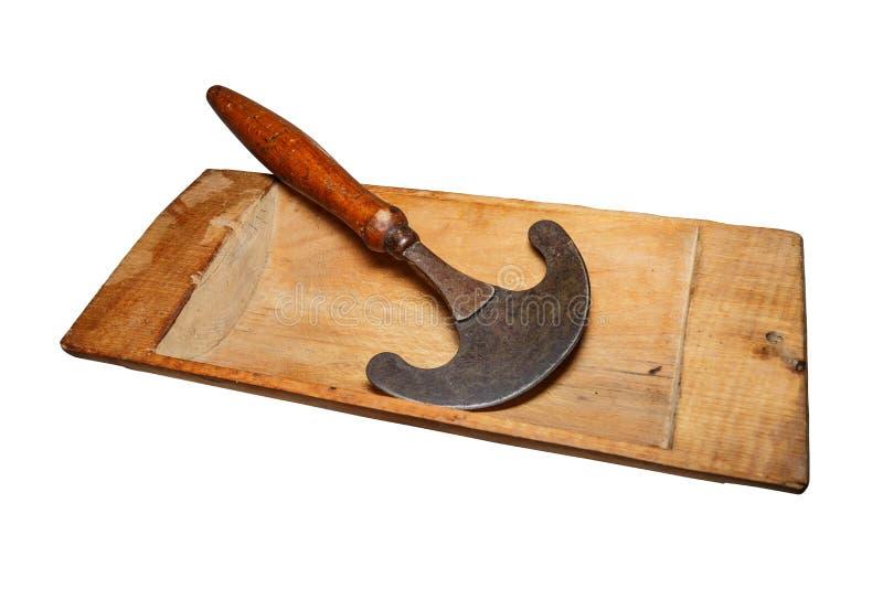 Η εκλεκτής ποιότητας ξύλινη γούρνα, χρησιμοποιούμενη, ράγισε, με τα σημεία του μύκητα ξύλινος-αποσύνθεσης οικογένεια εξοπλισμού π στοκ εικόνα