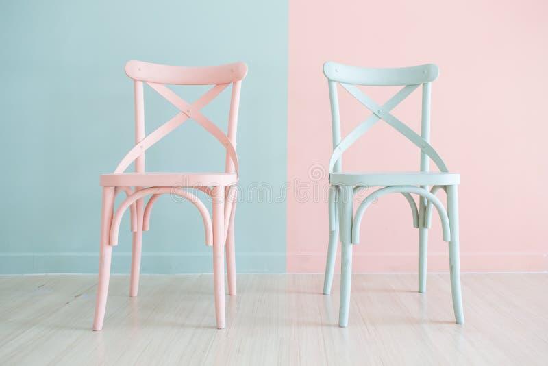 Η εκλεκτής ποιότητας ξύλινη καρέκλα χρωμάτισε δίχρωμο στοκ φωτογραφία
