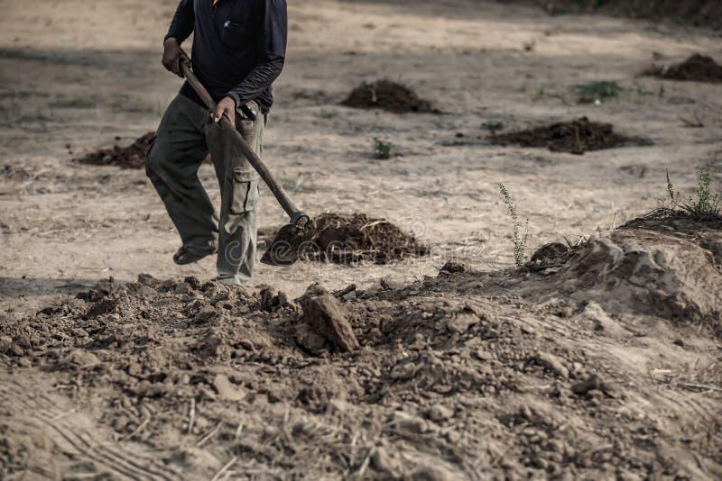 Η εκλεκτική εστίαση, αγρότης σκάβει το χώμα στην εργασία στοκ εικόνες με δικαίωμα ελεύθερης χρήσης