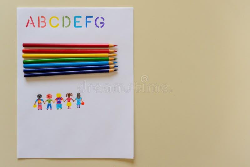 Η εκμάθηση ABCs με τα μολύβια χρωματισμού ουράνιων τόξων δίνει το συρμένο διάστημα αντιγράφων παιδιών στοκ εικόνες
