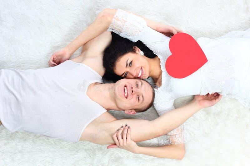 η εκμετάλλευση καρδιών ζευγών σπορείων βρίσκεται κόκκινη από κοινού στοκ φωτογραφία με δικαίωμα ελεύθερης χρήσης