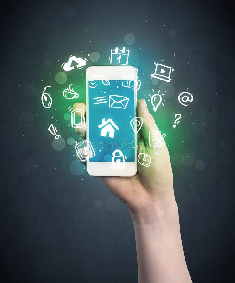 η εκμετάλλευση χεριών τραπεζών ανασκόπησης σημειώνει το smartphone στοκ φωτογραφία με δικαίωμα ελεύθερης χρήσης