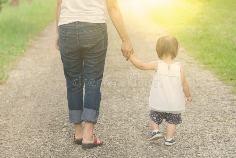 Η εκμετάλλευση Mom δίνει στην κόρη της το θερμό τόνο, έννοια για την ημέρα μητέρων στοκ εικόνα με δικαίωμα ελεύθερης χρήσης