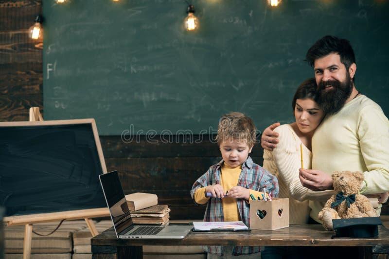 η εκπαίδευση έννοιας βιβλίων απομόνωσε παλαιό Το παιδάκι μαθαίνει το σχέδιο με τον άνδρα και τη γυναίκα στην κατηγορία Σχολική εκ στοκ φωτογραφίες με δικαίωμα ελεύθερης χρήσης