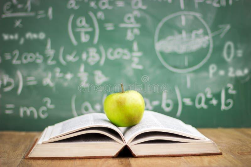 η εκπαίδευση έννοιας βιβλίων απομόνωσε παλαιό στοκ φωτογραφία με δικαίωμα ελεύθερης χρήσης