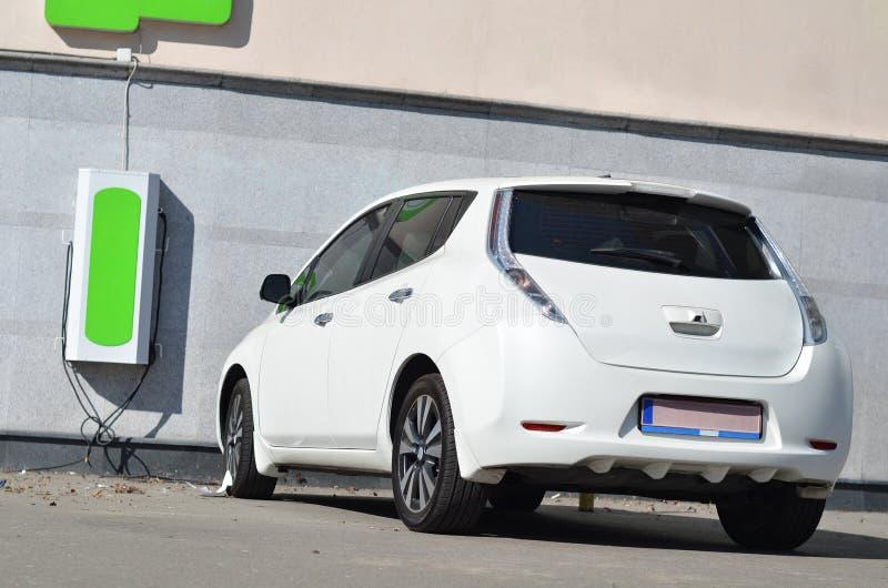 Ηλεκτρικά αυτοκίνητα στο σταθμό δαπανών στοκ εικόνα με δικαίωμα ελεύθερης χρήσης